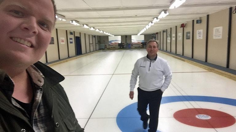 Mattias testar curling tillsammans med Kenneth Berglind.
