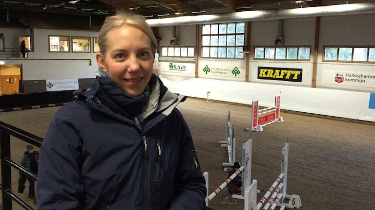 Sara Johansson, tävlingsledare i ridhallen i Strömsholm.