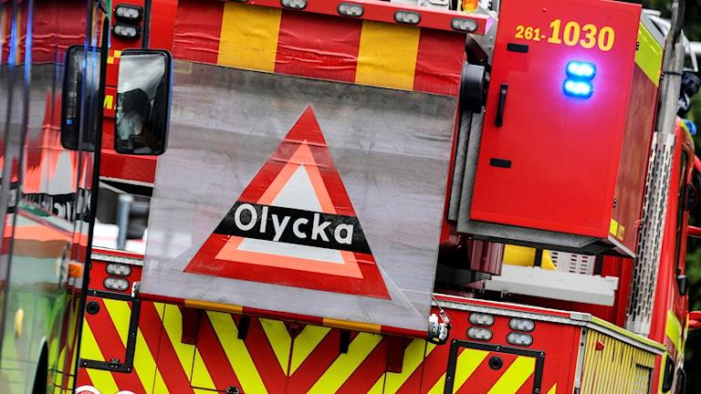Bild på en skylt där det står olycka. sitter på baksidan av en brandbil.