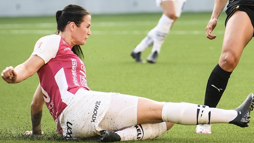 Två damer spelar fotboll. Foto: Erik Simander/TT.