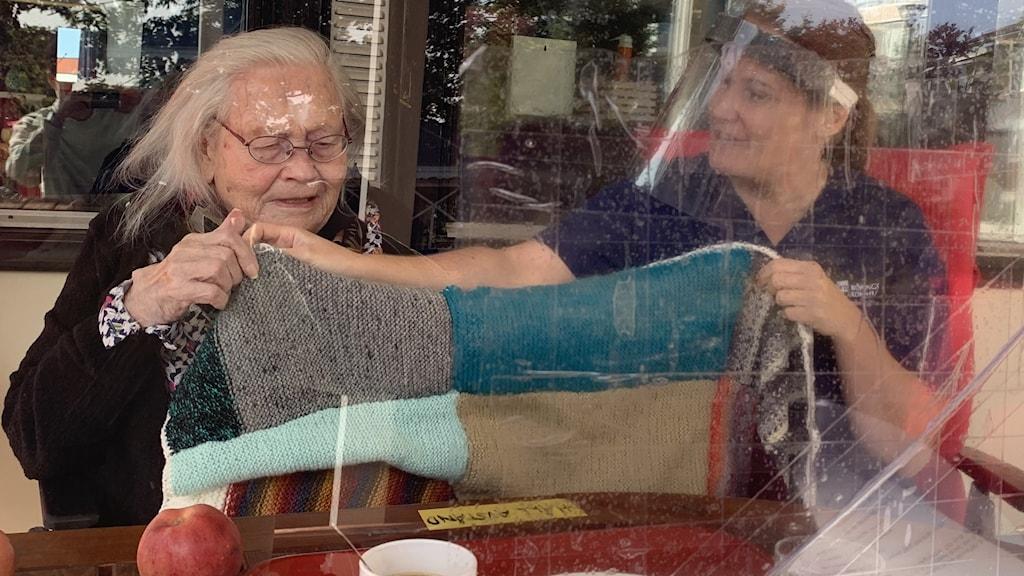 Birgit Pettersson och Ramona Toppila på Nygårdens äldreboende