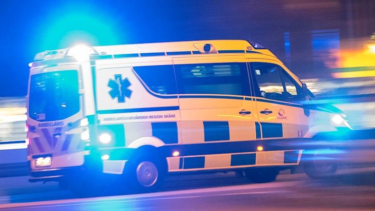 Ambulans susar fram.
