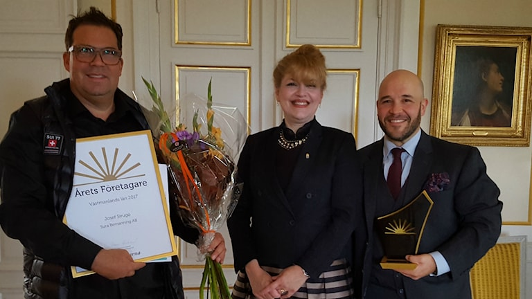 Längst till vänster pristagaren Josef Sirugo tillsammans med landshövdingen Minoo Akhtarzand och Peter Paunovic, ledamot Företagarna Mälardalen.