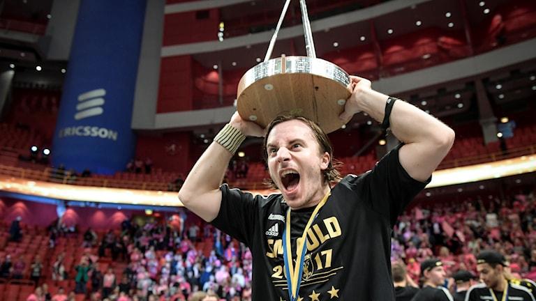 Alexander Galante Carlström med segerbucklan.