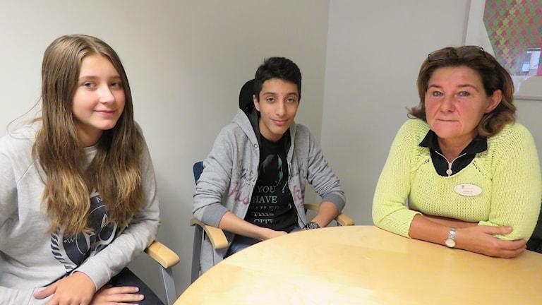Amanda Hoveklint och Hassan Alswej i åk 9, samt rektorn Kerstin Lif.