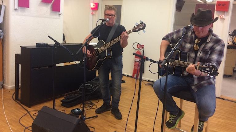 Anders Nilsson och Tony Malmberg, från bandet Creedence Tribute, speladr live hos P4 Västmanland.