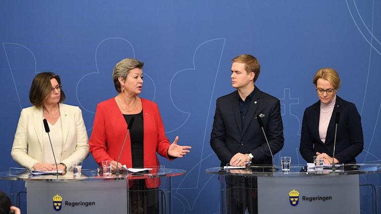 Isabella Lövin, Ylva Johansson , Gustav Fridolin och Heléne Fritzon (S) presenterar den uppgörelsen om ensamkommande unga under måndagens presskonferens i Rosenbad.