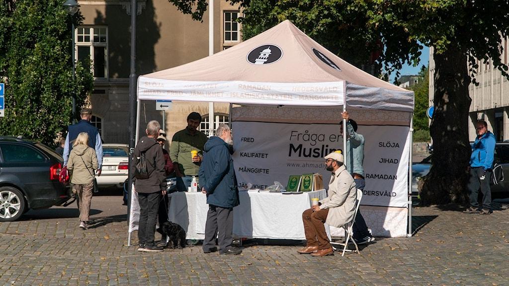 """Kampanjen """"Fråga en muslim"""" i ett tält på Stora torget i Västerås"""