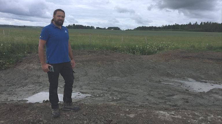 Viktor Kärvinge står vid dammarna intill Sagån där man har ett projekt för att minska övergödning.