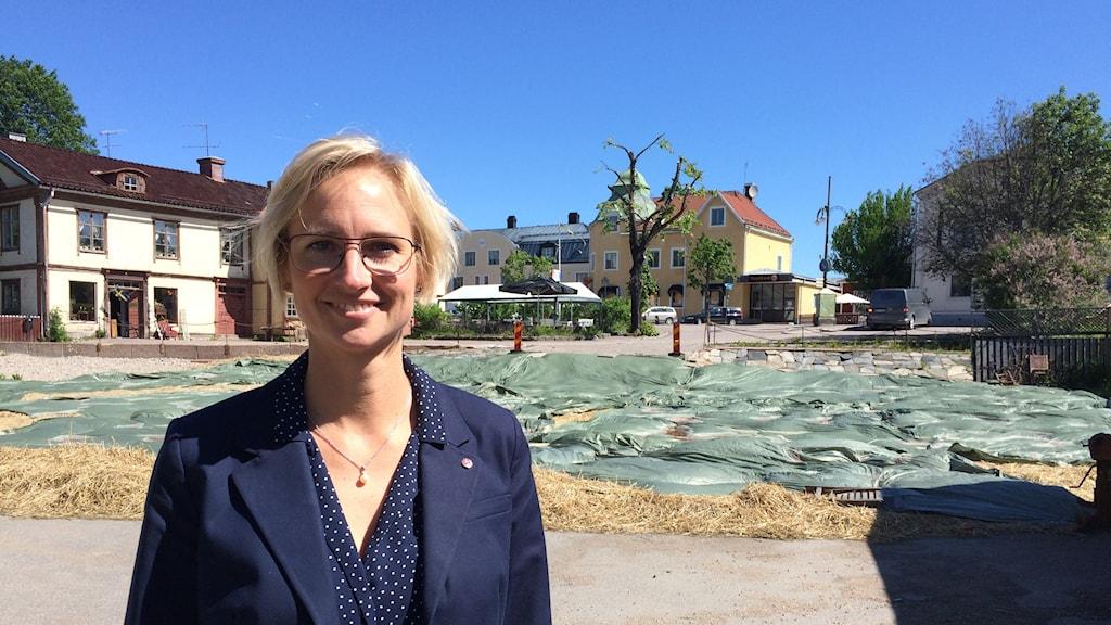 Åsa Eriksson, kommunalråd i Norberg, framför platsen där Elsa Andersons konditori stod.