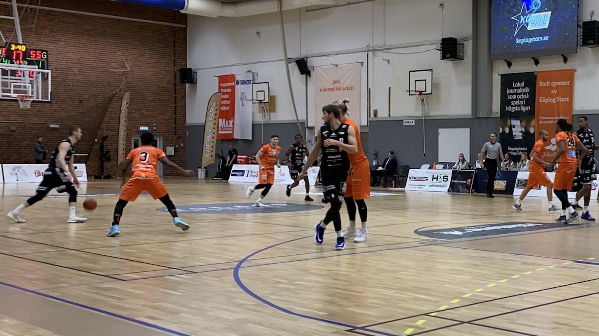 Basketmatch mellan Köping och Borås.