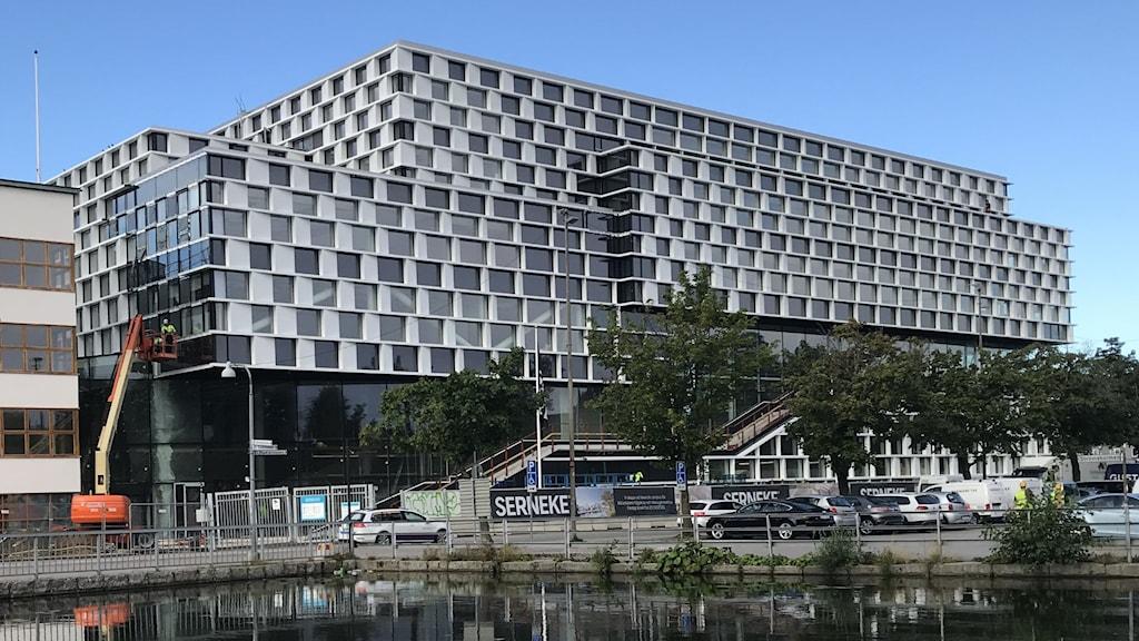 Mälardalens högskola i Eskilstuna. Sommar blå himmel