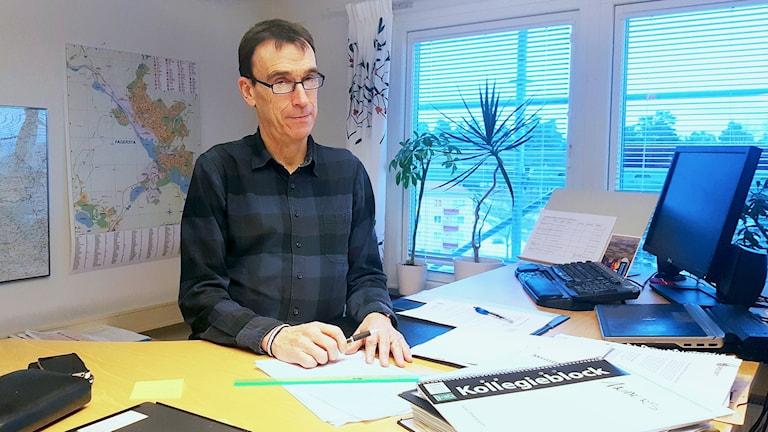 Anders Kilström, kommunchef i Fagersta vid sitt skrivbord.