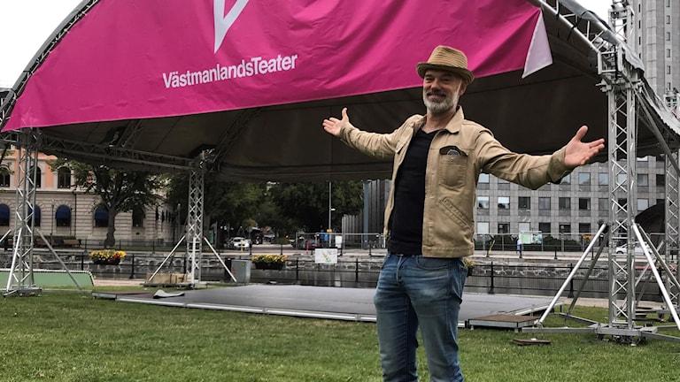 Niklas Hjulström framför scenen i Slottsparken i Västerås.