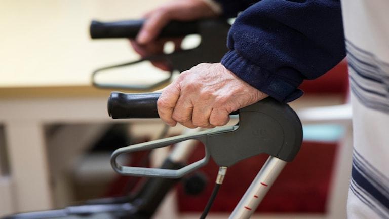 pensionär med rullator