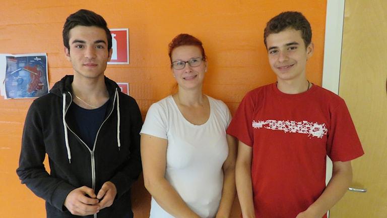 Eleverna Siban och Akram på Pettersbergsskolan i Västerås tillsammans med läraren Titti Nordin Öholm.