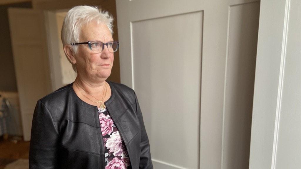 Vice talman Åsa Lindestam kollar ut genom en dörr.