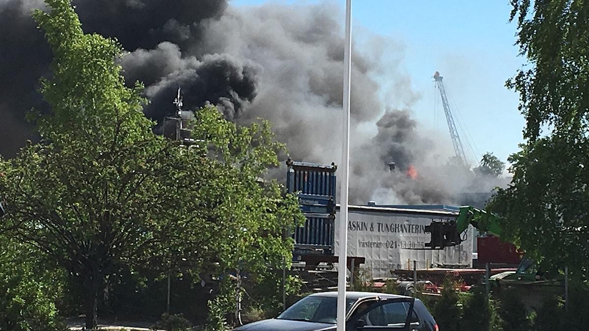 Kraftig rökutveckling från branden i en mekanisk verkstad i oljehamnen i Västerås.