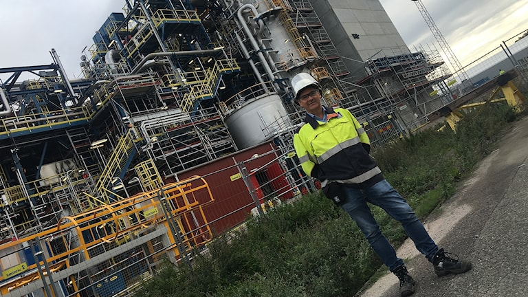 Pär Höök platschef på Yara i Köping framför den nya anläggningen.