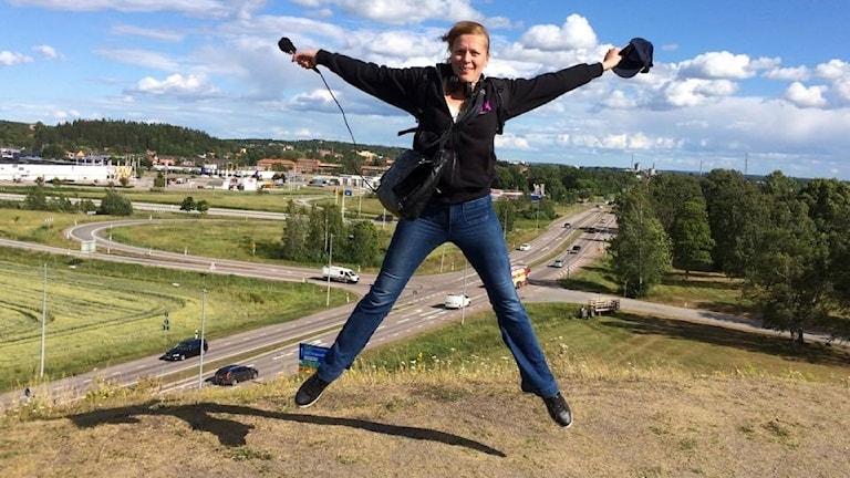 Så här glad blev Sandra av att komma upp på Ströbo hög i Köping.