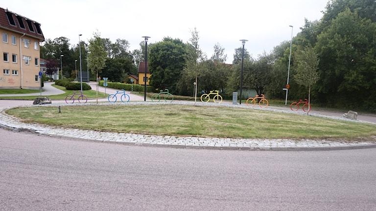 I rondellen vid Nygatan i Hallstahammar har kommunen ställt upp en rad cyklar i regnbågens alla färger.