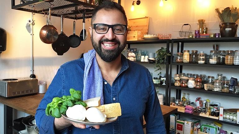 Radiokocken Amir med ingredienser till Cannelloni.