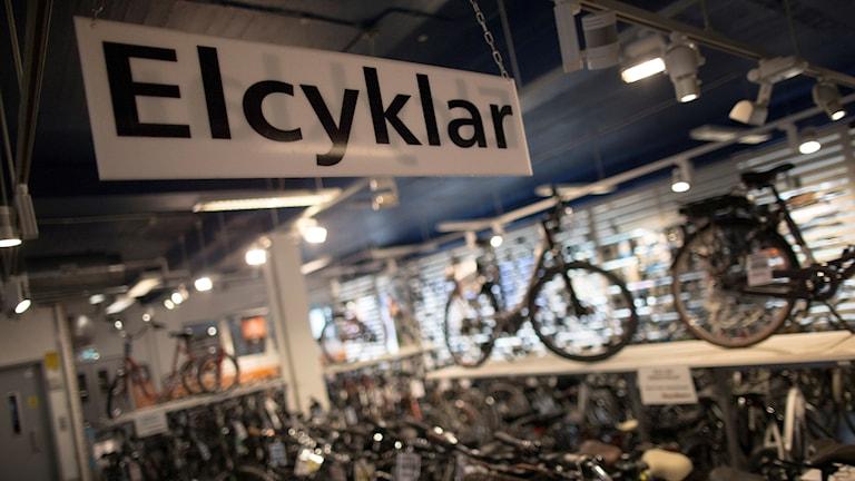 Elcyklar står uppställda i en butik.
