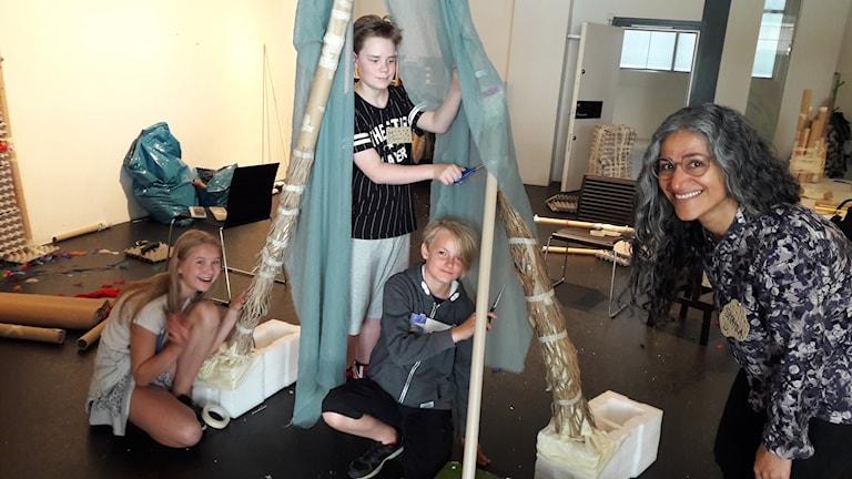 Siri Li Lundberg, Marcus Bratterud och Viggo Grönlund skapar en magisk portal. Shahla Mohebbi är ledare och peppar barnen på kollot.