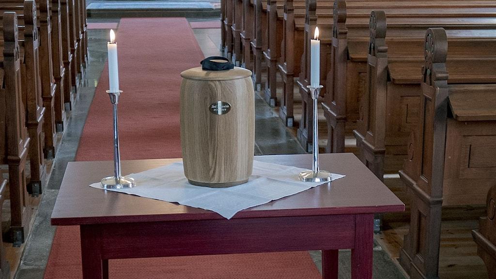 En urna på ett bord i en kyrka