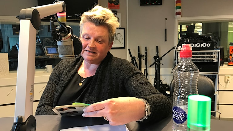 Maria Skogman läser pappas limrickar i studion under inspelningen.