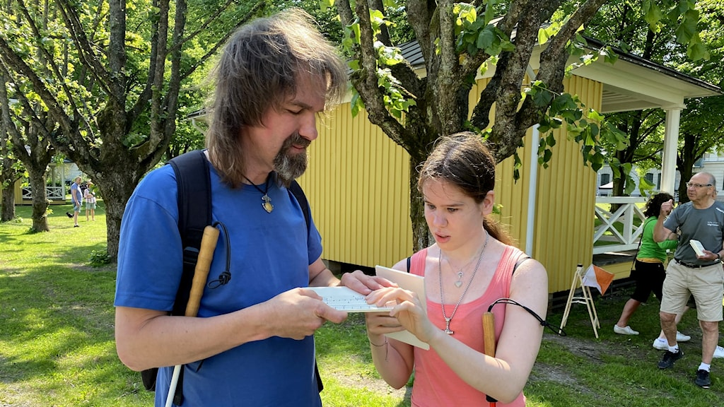 Två personer som testar taktila kartor inför att de ska delta i en orienteringstävling för blinda och synskadade.
