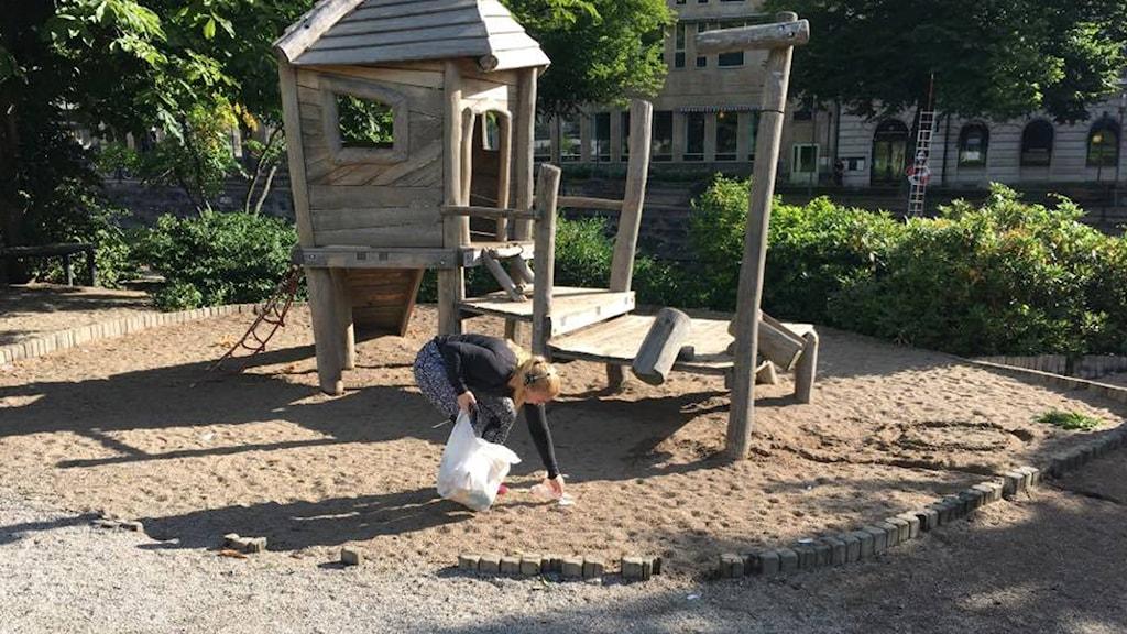 """Jonna Noblin testar på  """"plogging"""", att plocka skräp och joggar."""