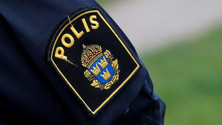 En polissymbol på en uniform.