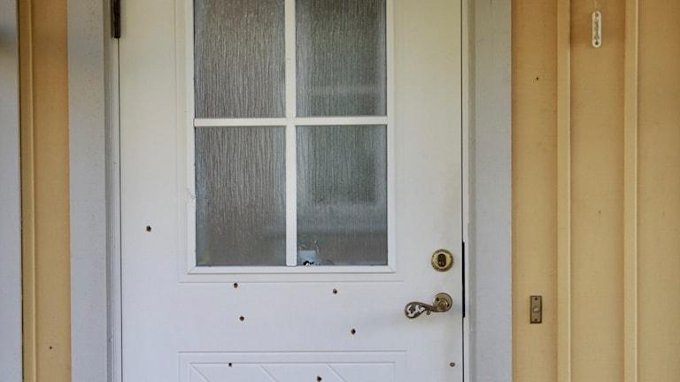Dörren till den polisbostad som besköts
