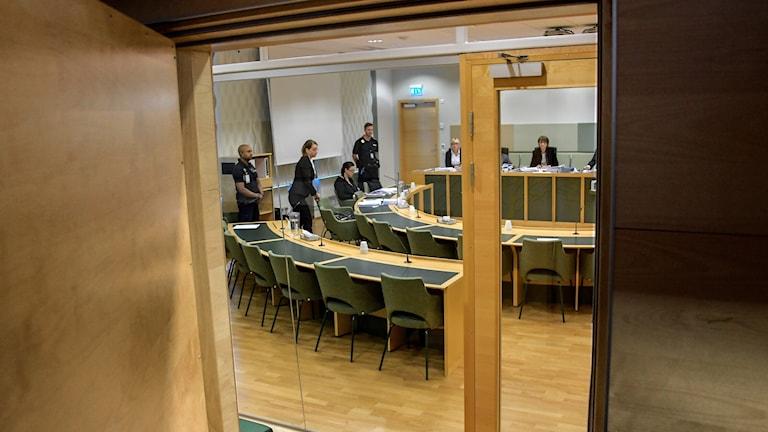 Under första rättegången i Västmanlands tingsrätt hördes vittnen samtidigt som misstänkt och vanligt vittne, något som hovrätten nu vill ändra på.