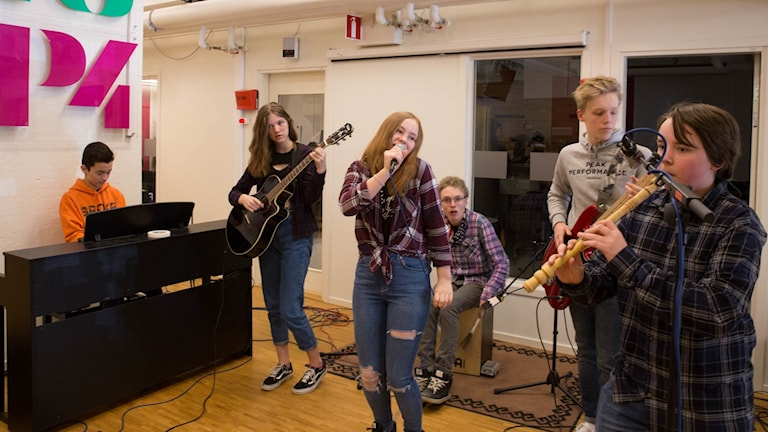 Stolta bandet från Nybyggeskolen spelar live på P4 Västmanlands radioscen