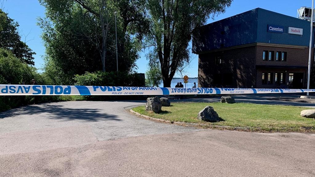 Avspärrningsband där kvinnan överfölls vid Lögarängen i Västerås.