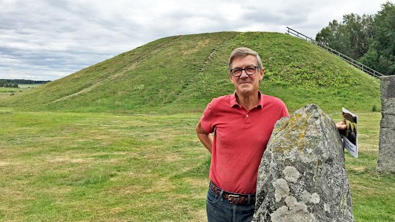 Bengt Wallén, vice ordförande i Badelunda hembygdsförening framför Anundshög.