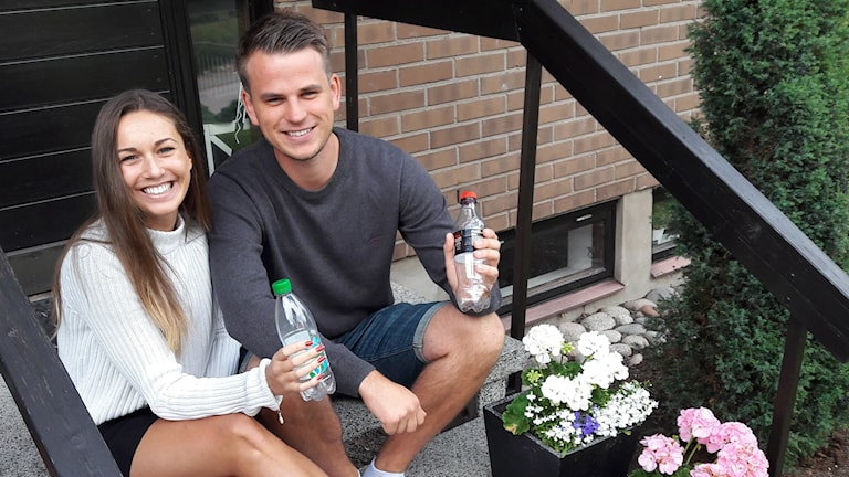 Västeråsaren Simon Alzén och Köpingsbon Eveline Castillo Haglund kommer ska bygga en högstadieskola av petflaskor.