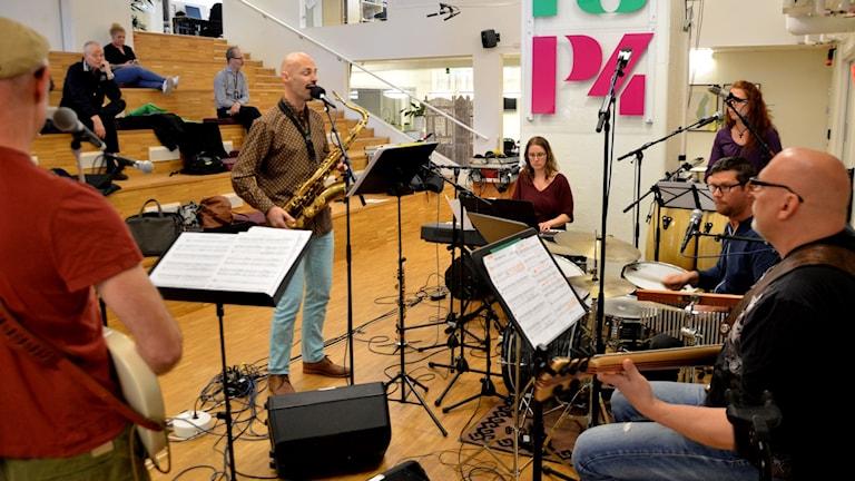 Bengt Kyllinge tog med ett helt band till Radioscenen.