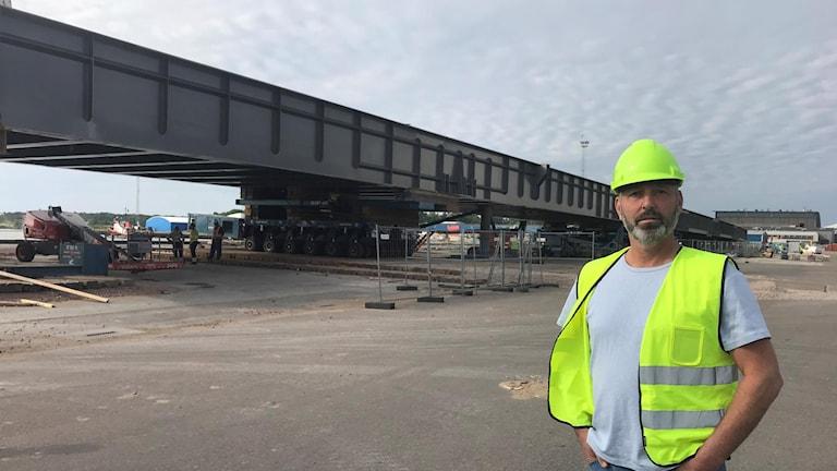 Mathias Eriksson Mälarhamnar AB framför en del av den långa brodelen