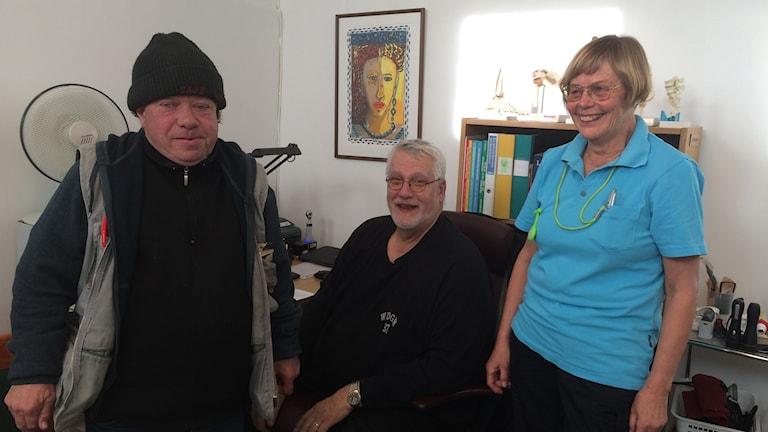 Stefan Björklind laddar för sin influensaspruta tillsammans med Gert Farrensteiner, läkare och Eva-Lena Fransson, distriktssköterska.
