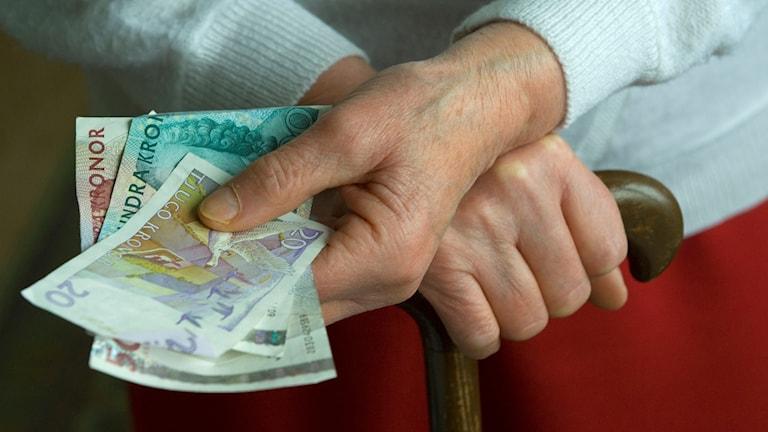 Många äldre, främst kvinnor, går miste om ekonomiskt stöd som de har rätt till.