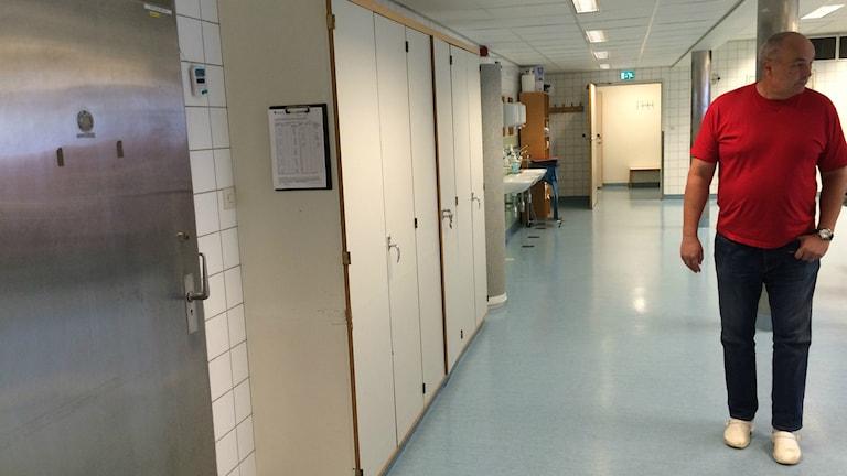 Överläkare Lars Eriksson på bårhuset i Västerås.