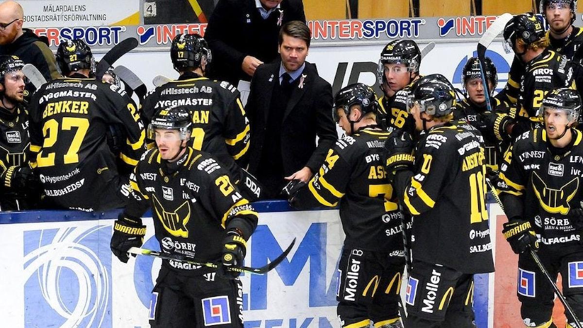 Tränaren Thomas Paananen i båset, VIK Hockey 20-21