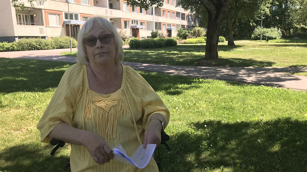 Lena  Johansson sitter på sin rullator på gården hemma. I handen har hon kommunens beslut om avslag på hennes ansökan.