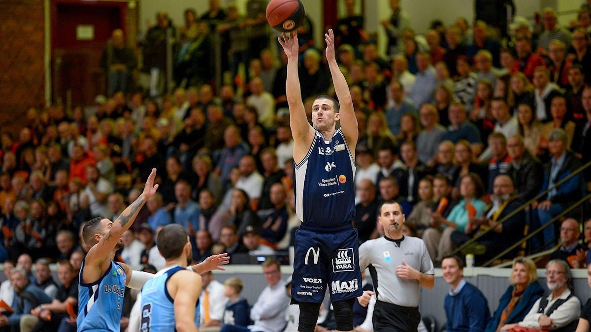 Köping Stars, basket, Niklas Larsson skjuter