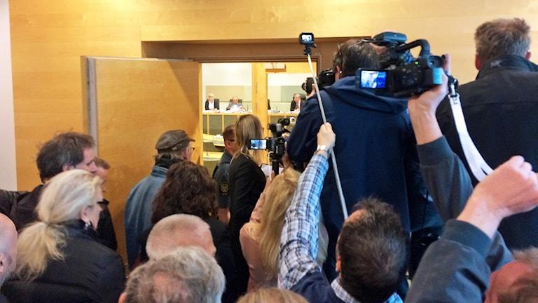 Stort mediauppbåd vid rättegångsstarten om sommarstugemorden.