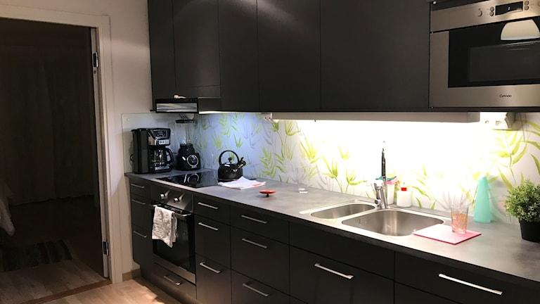 """""""Vi skulle hellre ha en enklare och billigare lägenhet"""", säger paret Amin som inte bryr sig om de dyra materialvalen i lägenheten."""