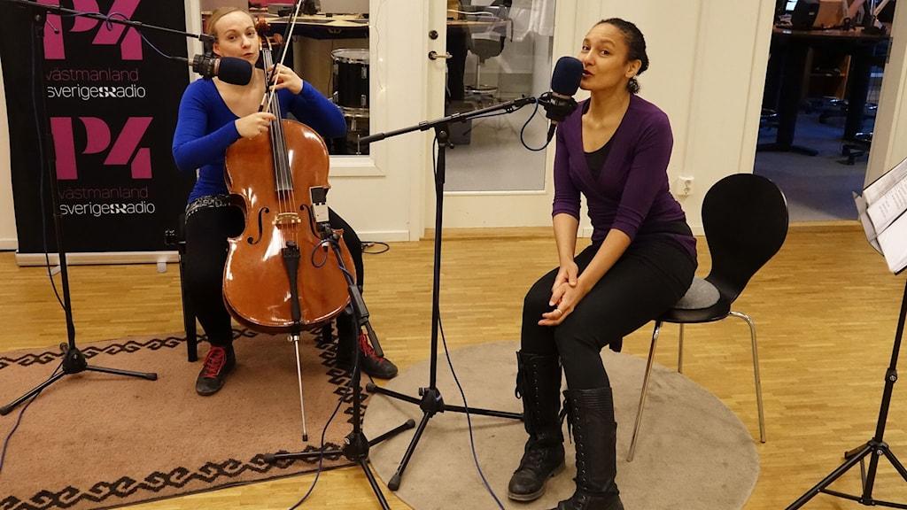 Hanna Björck och Maria Sendow från Awake Projects spelar obarnsliga barnsånger.